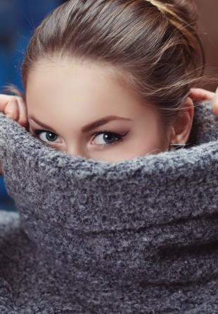 GHID DE STIL: Cum porți corect bluza pe gât?
