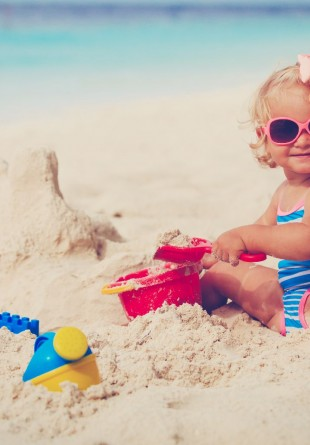 Echipează-l pe cel mic de plajă cu cele mai cool haine și jucării!