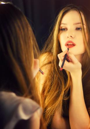 Te pregăteşti de party? Iată de ce produse cosmetice ai nevoie!